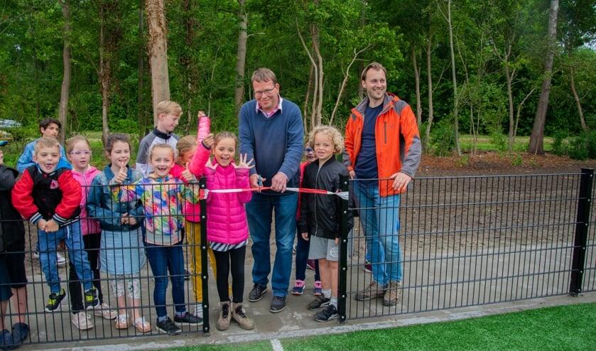 Wethouder Bruggeman mocht het lint doorknippen zodat de kinderen officieel gebruik kunnen maken van de sportkooi.  Foto: Sam Fish