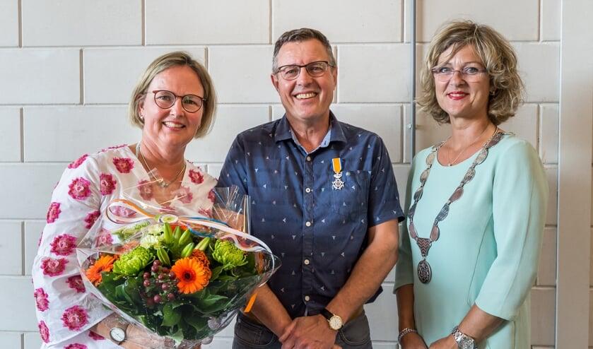 Krijn Breen mocht uit handen van Burgemeester Ada Grootenboer een koninklijke onderscheiding ontvangen. (foto: Wim van Vossen)