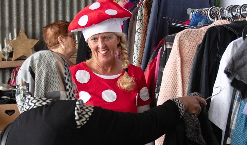 De verkopers bij de 'sprookjeskraam' waren verkleed als sprookjesfiguren, maar het was sowieso een sprookje als je tussen het aanbod vond wat je zocht...(Foto: Jos Uijtdehaage).