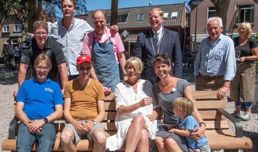 De werkgroep 'herinrichting Dorpsplein Oostvoorne' is trots op het resultaat. (Foto: Jos Uijtdehaage).