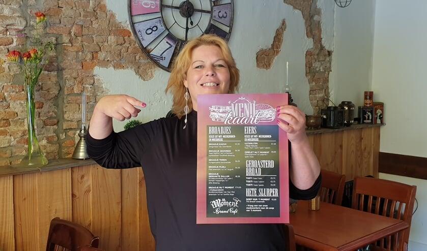 Esther van den Berg heeft samen met haar collega Ilona bedacht dat er een menukaart in het Flakkees moest komen. Daarop staan onder meer broadjes, eiers, geroasterd broad en hete slurper.