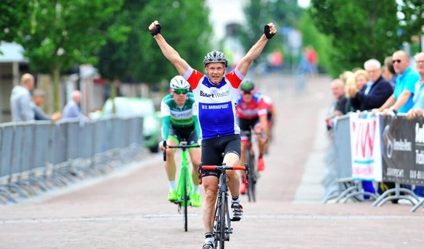 Louis de Koning weet weer wat juichen is, zoals onlangs als districtskampioen in de Masters 50-plus. Ook in Abbenbroek? Foto privé.