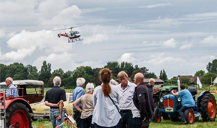 Helikoptervluchten, old timer-shows, oude tractoren, muziek, games, theater; het zomerfeest van Tinte bracht het allemaal. (Foto: Jos Uijtdehaage).