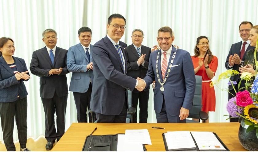 Burgemeester Arends tekende met Li Jiuhong, Deputy director of the Yangling Agro High Tech Zone, een Letter of Intent.