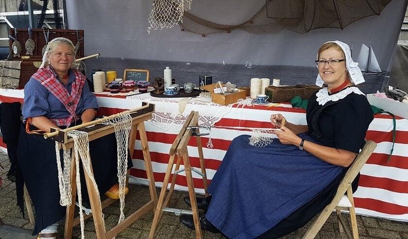Compleet in klederdracht kunt u deze oude ambachtslieden zoals deze netten breiers aan het werk zien.