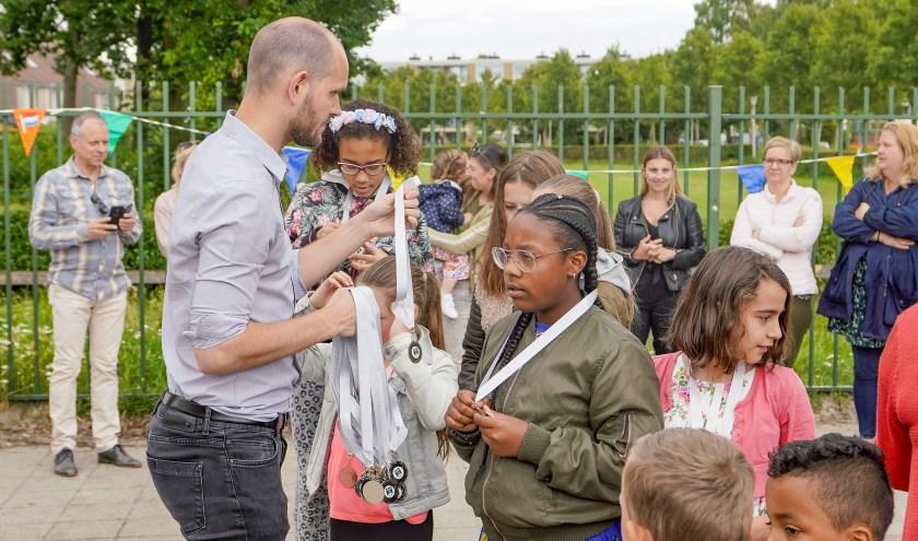 Wethouder Struijk reikte stickers aan de school en medailles aan de leerlingen uit.