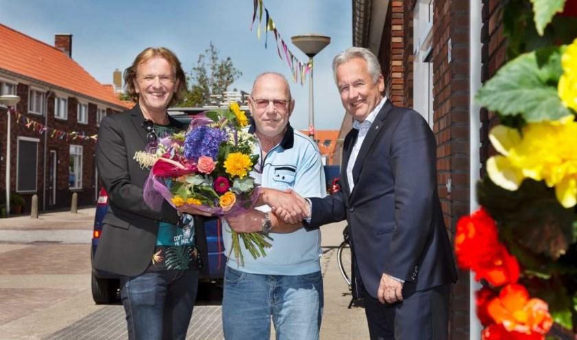 Wethouder Van der Stee (r) bezocht samen met René Lemson (Arcade) de woning van de heer Van der Post.