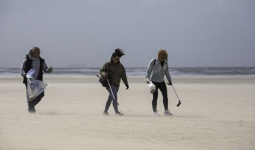 Afgelopen zaterdag gingen 85 vrijwilligers gewapend met vuilniszakken en prikstokken de strijd aan met het vuil op het strand tussen Hoek van Holland en Monster. Foto: (Mart Smit / Stichting De Noordzee)