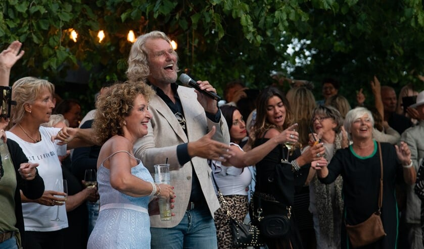 Directeur Hansje Brouwer van het Badhotel en zanger Ger Vos in een duet. (Foto: Jos Uijtdehaage).
