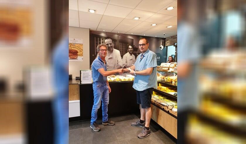 Richard van den Bos wordt gefeliciteerd door bakker Gert Koese (links).