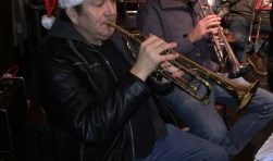 Trompettisten Gerard Nooijens en Stef Helling in aktie tijdens de Kerstparade te Sprundel