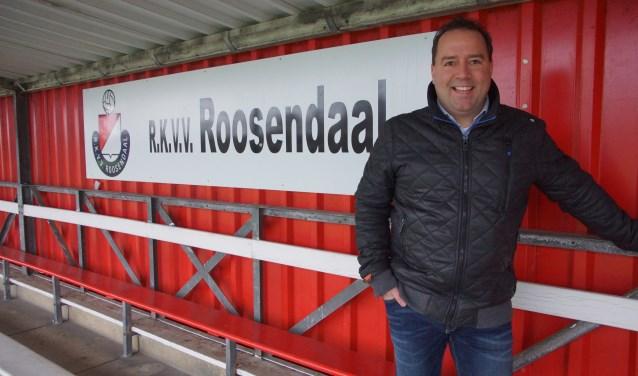 Michel de Bruijn op de hoofdtribune van RKVV Roosendaal.  FOTO RENÉ BRUIJNINCX