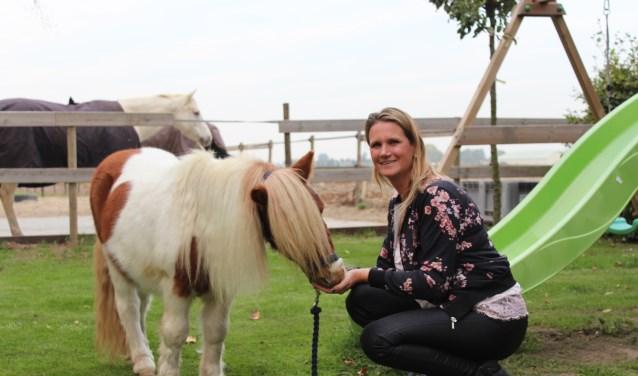 Josje Holthuijsen bij haar mini Shetlander Fin, een knuffelpony