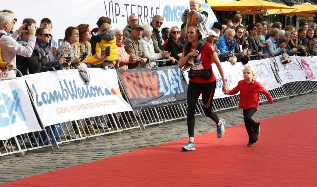 Met de kinderen over de finish. Foto: Wijnand Nijs © BredaVandaag