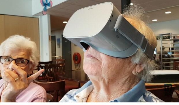 Twee dames ervaren Virtual Reality.