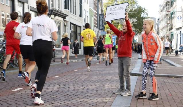 Jonge toeschouwers vieren hun eigen feestje in de Boschstraat.