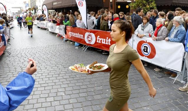 Onverstoorbaar met de lunch naar de overkant in de Halstraat. Foto: Wijnand Nijs © BredaVandaag