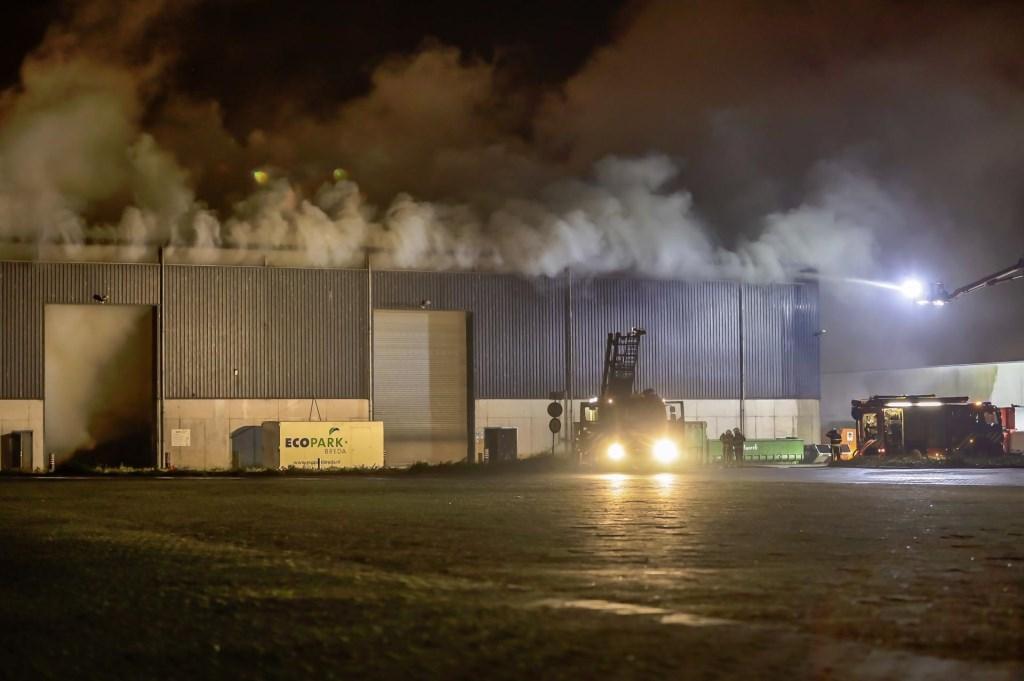 Brandweer in actie bij de brand aan het Hazepad in Breda. Foto: Marcel van Dorst / SQ Vision © BredaVandaag