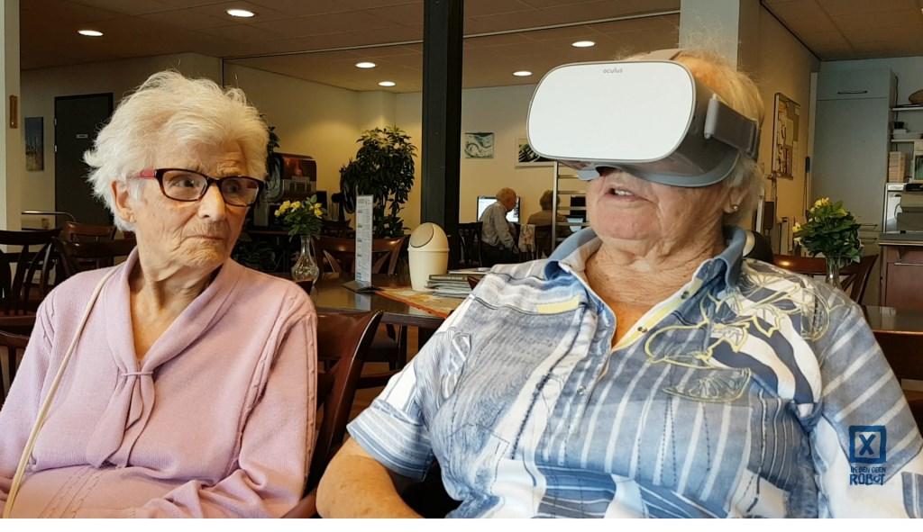 Twee dames ervaren Virtual Reality. Foto: Studio APVIS © BredaVandaag