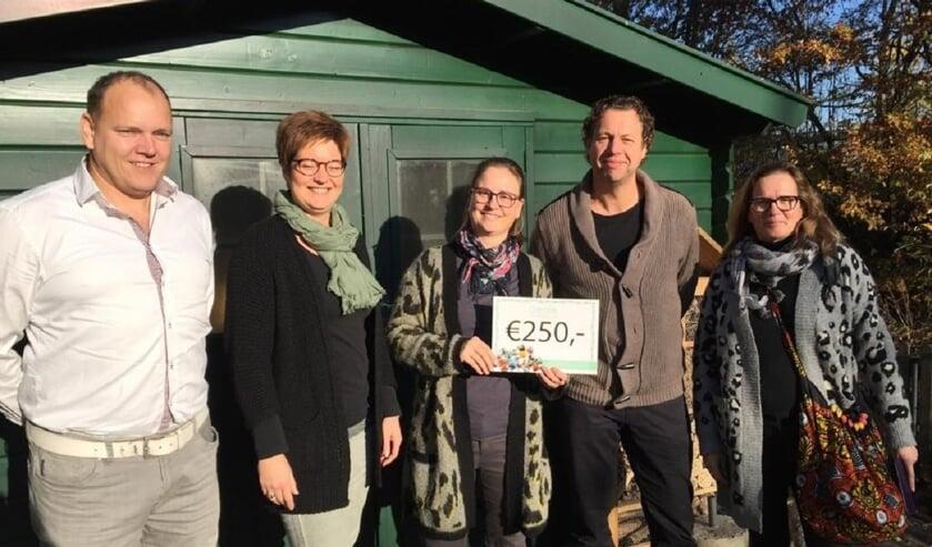 Overhandiging cheque; vlnr: Mike Frijters, Mariska van Nijnatten, Annemarie Brosens, Huub van Caam, Yvonne Matthijssen.