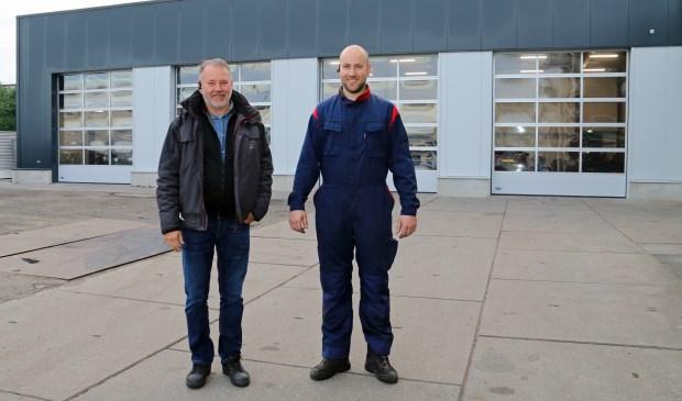 Vader Arie en zoon Wilbert deKramer bij hun vernieuwde autobedrijf in Yerseke.