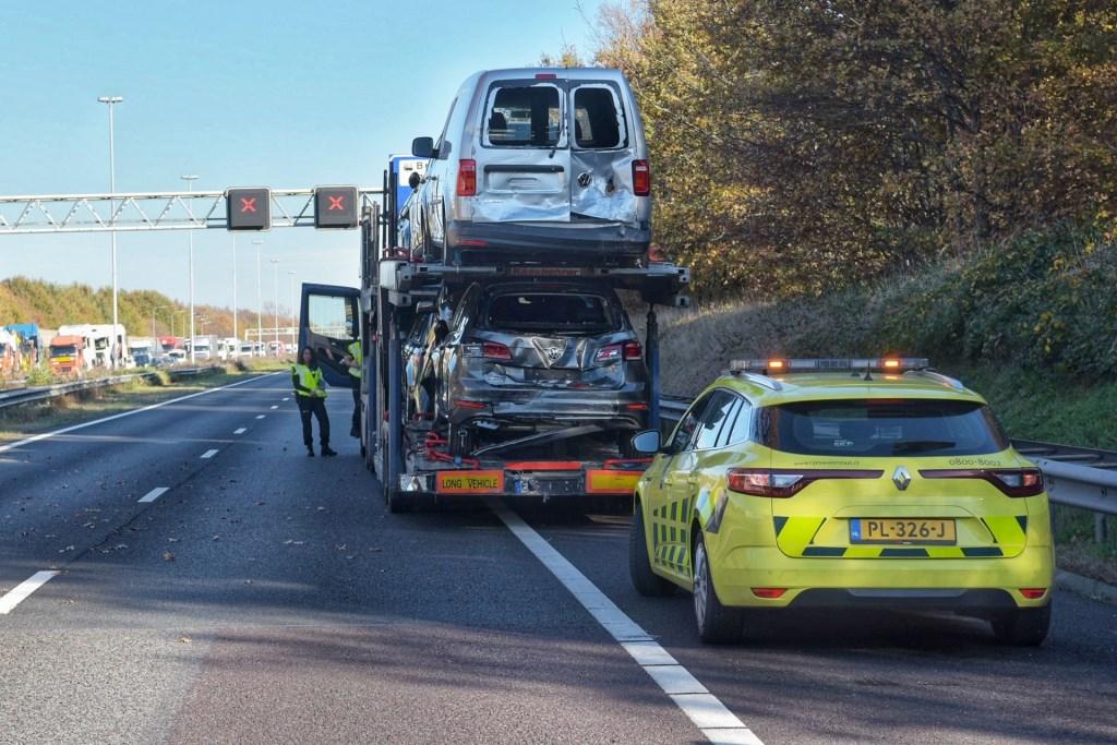 De A58 is volledig geblokkeerd richting Tilburg door het ongeval.