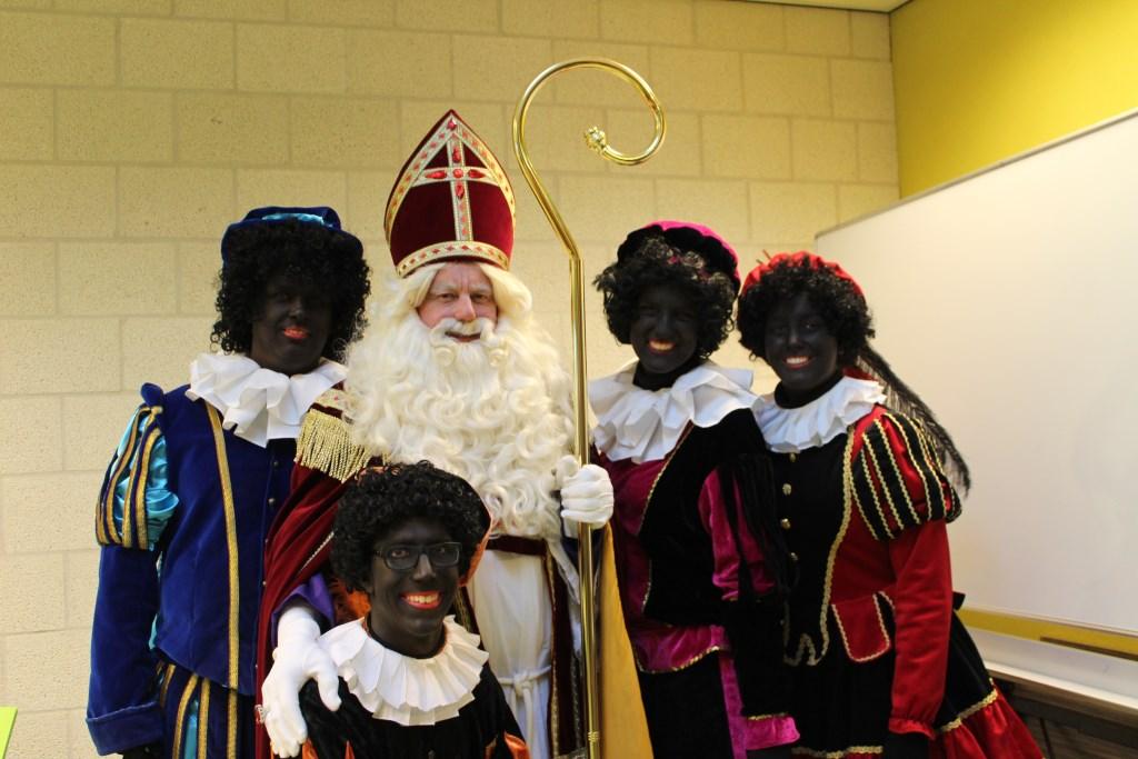 Sint Nicolaas met een aantal vrolijke en grappige Pieten in Kruisland Foto: Claudia Koole © Internetbode