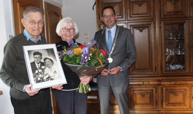 Louis en Wies Goris-Hopmans werden door burgermeester Steven Adriaansen persoonlijk gefeliciteerd met hun huwelijksjubileum.