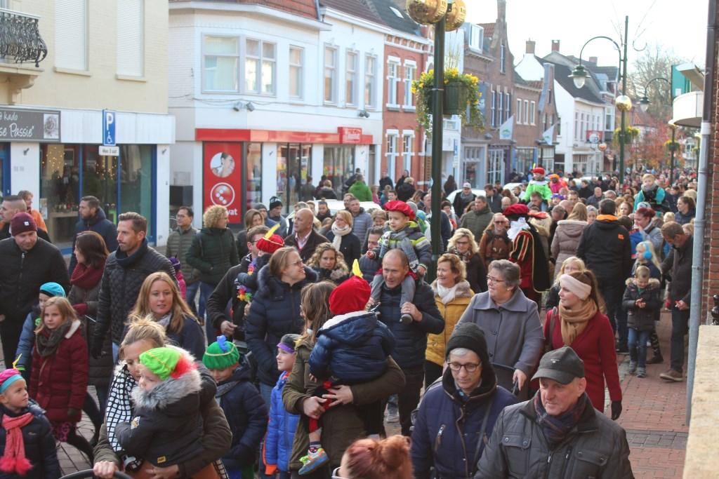 Veel gezinnen waren traditioneel bij de Sinterklaasintocht in Steenbergen die rustig verliep Foto: Claudia Koole © Internetbode