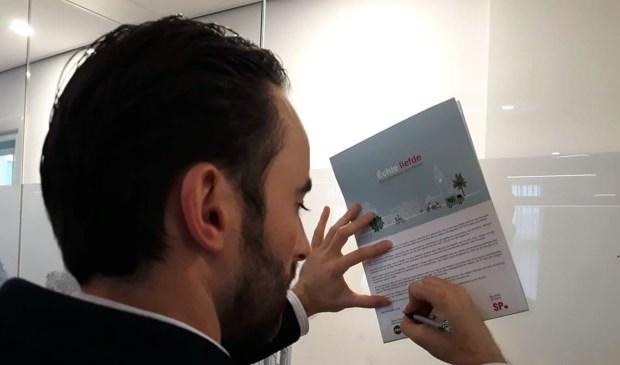 CDA-fractievoorzitter Jeroen Bruijns zet zijn handtekening onder het document.