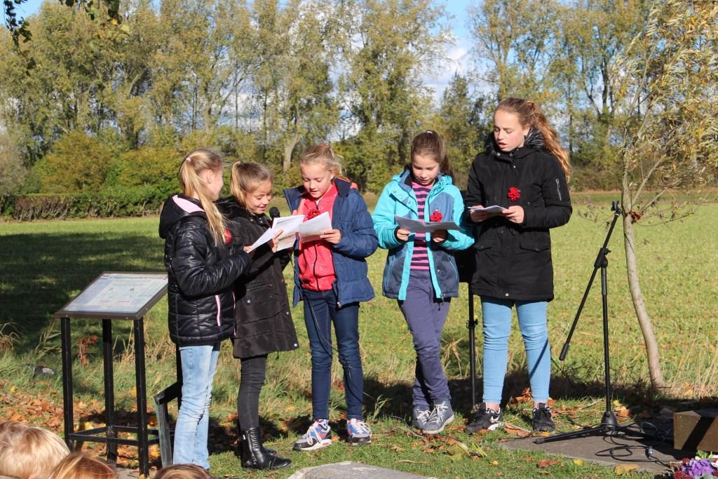 Een aantal leerlingen lazen hun gedichten voor die vrnl over vrijheid en oorlog gingen Foto: Claudia Koole © Internetbode