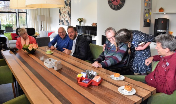 Minister Hugo de Jonge in gesprek met enkele patiënten. FOTO STELLA MARIJNISSEN