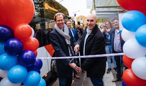 Gedeputeerde Christophe van der Maat en wethouder Boaz Adank geven het startsein van de nieuwe naamgeving van de snelle lijnen.