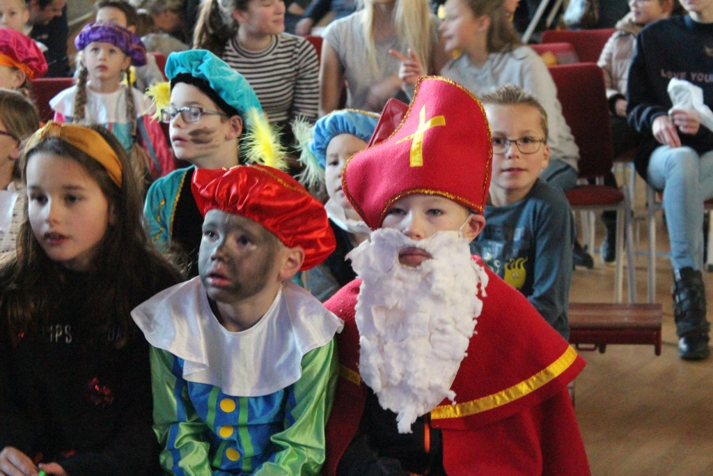 Een roetveeg Pietje met kindersinterklaas in dorpshuis Siemburg zitten klaar voor de voorstelling Foto: Claudia Koole © Internetbode