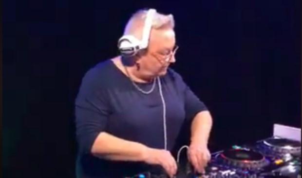DJ Philemon in actie tijdens Ladies Night.