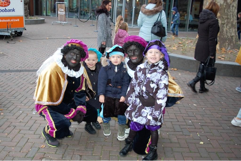 Met de ontvangstpieten op de foto Foto: Elles Jansen © Internetbode