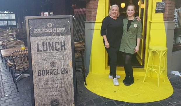Daan van Eendenburg (links) staat samen met haar collega Shannon in de 'spotlight'