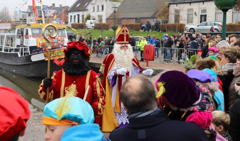 Het was een drukte van belang bij de aankomst van Sint en zijn pieten in de haven van Dinteloord.
