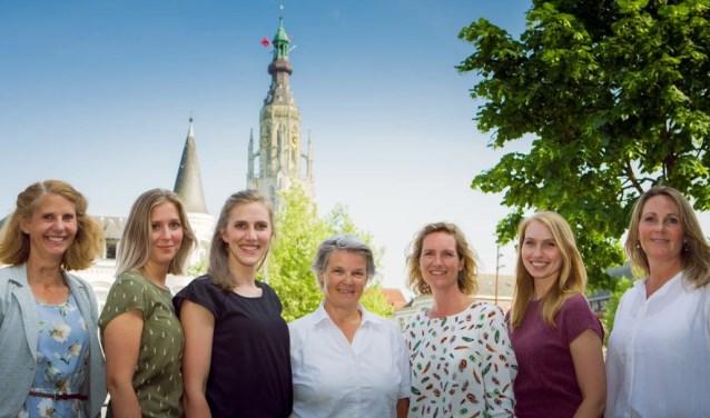Fransje (midden) samen met haar collega's voor de Grote Kerk in Breda