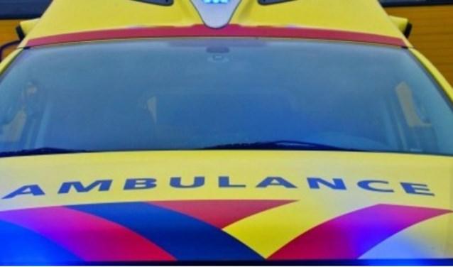 De ambulance bracht de gewonden naar het ziekenhuis.