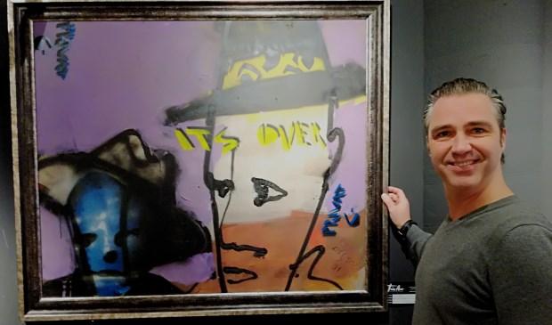 Arian van der Hoeven met één van de kunstwerken van Herman Brood