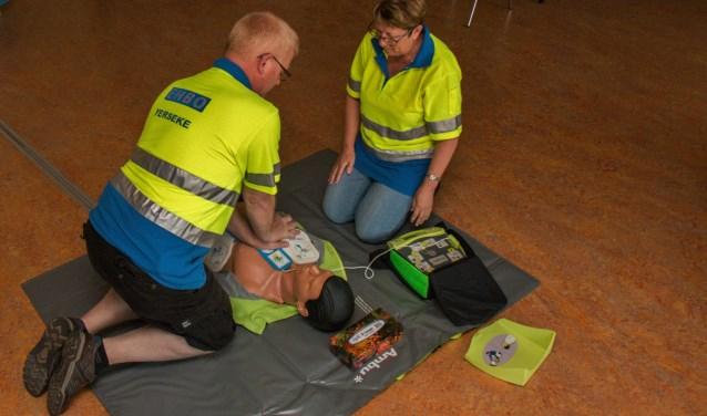 Johan Rijnhout en Francien Duinkerke in actie met de nieuwe reanimatiepop en AED trainer