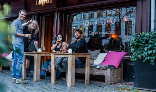 Nieuwe eigenaren Joost en Tijn, en Robbie en Karin.