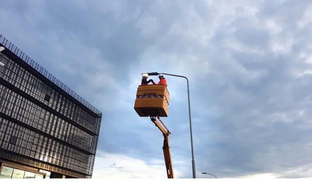 Wethouder Greetje Bos vervangt symbolisch een van de armaturen.