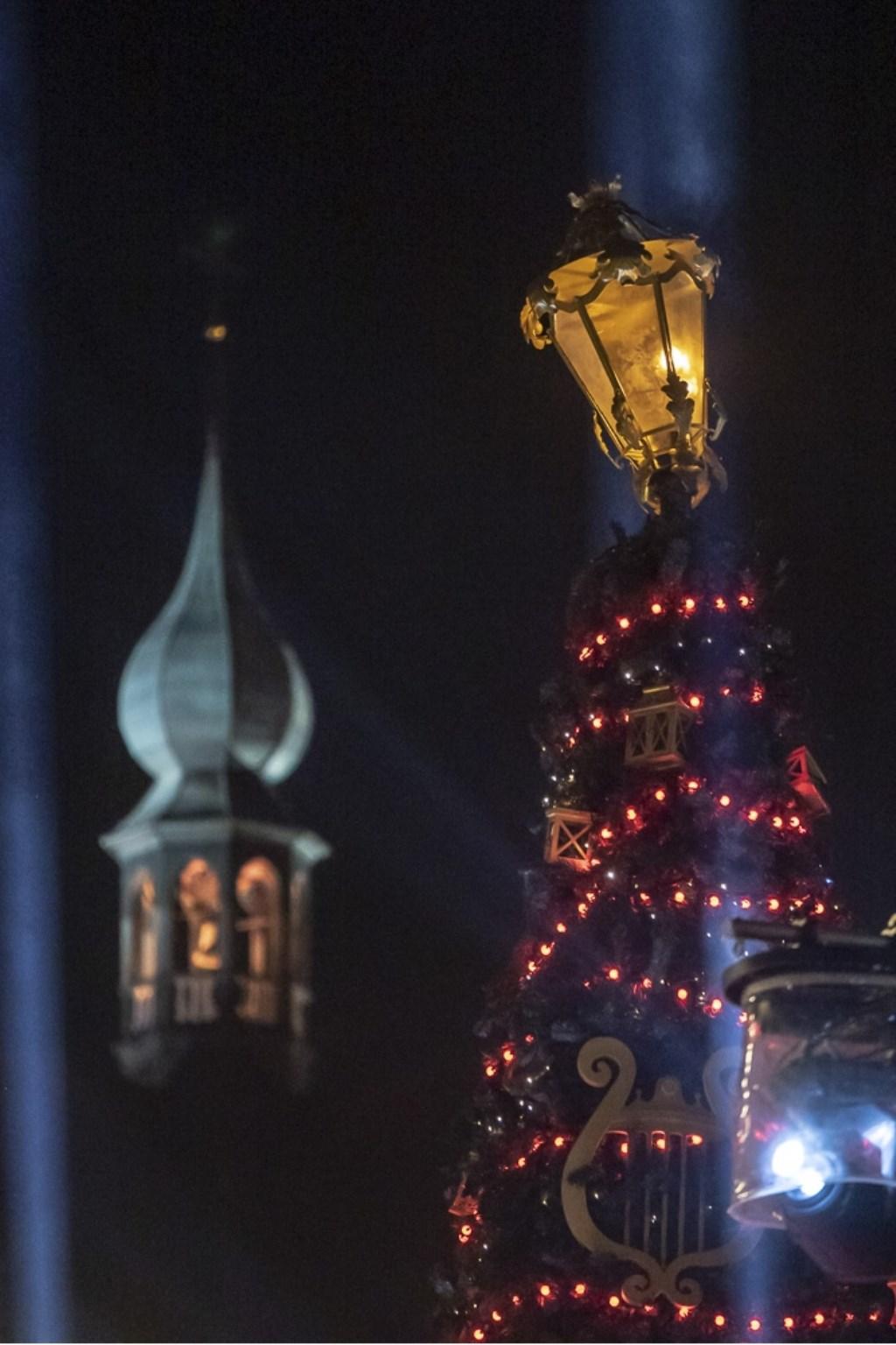 Kerstboom en de kerktoren. Foto: Stadsfotograaf Breda © BredaVandaag