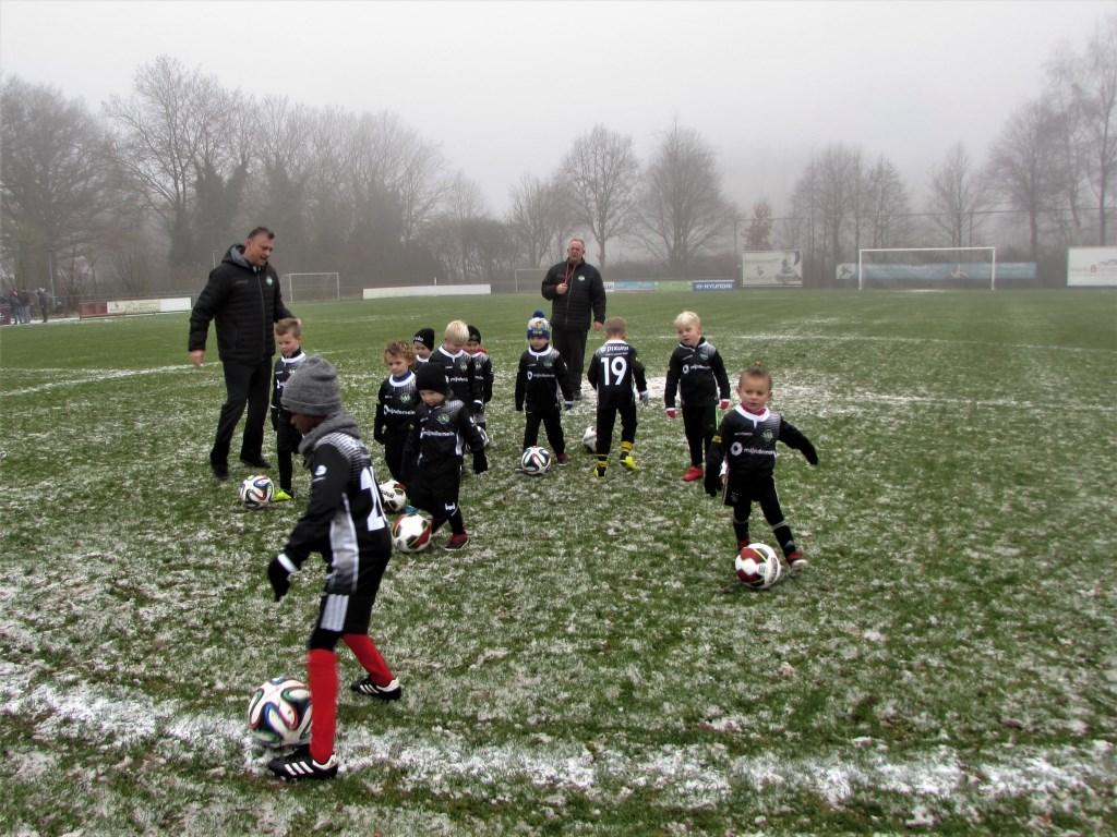 Oefeningen beginnen altijd op de middencirkel. Op de achtergrond Dré Ruskus en links; Maurice van den Muijsenberg.