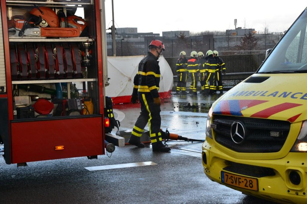 De politie doet uitgebreid onderzoek naar een dodelijk ongeval op het viaduct bij de A16 richting Rotterdam.