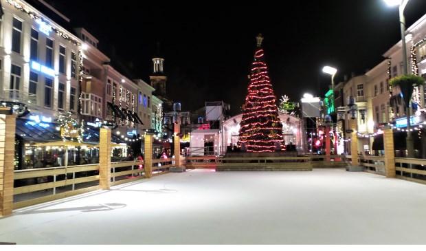 De ijsbaan op de Grote Markt is klaar voor gebruik.