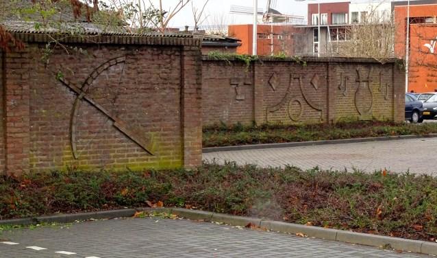 De gemeente is niet van plan de muur aan de Lange Brugstraat te sparen. FOTO JACK KONINGS