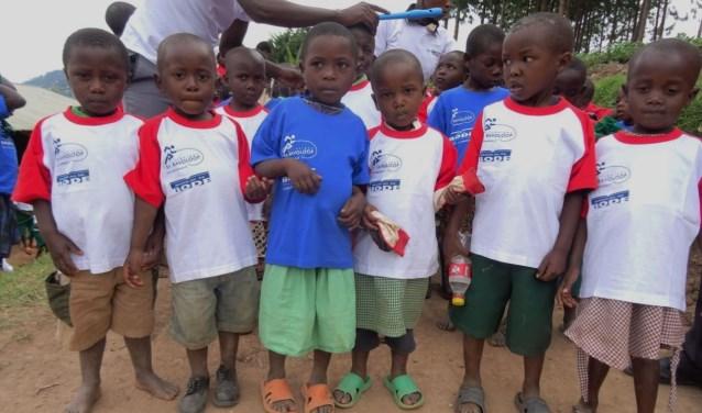 Kinderen van Amasiko Greenschool in een shirtje van De Bode.